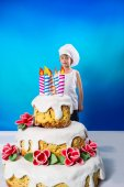 Confectioner with a cake — Stock Photo