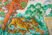 Tiger statue on the wall of a Chinese temple. — Zdjęcie stockowe