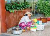 Ho Chi Minh City, Vietnam - 12 October 2014: female vendor aisle — Stok fotoğraf