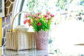 Buquê de flores na mesa — Fotografia Stock