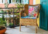 Wicker chairs stand in front of the house. — Φωτογραφία Αρχείου