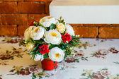 Bukett blommor på bordet — Stockfoto