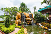 Vodopád v zahradě — Stock fotografie