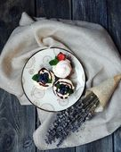 Cake and lavender — Stock Photo