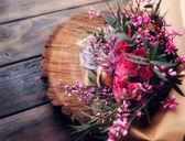 Bouquet di rose sul tavolo di legno — Foto Stock