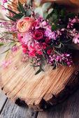 Ramo de rosas en la mesa de madera — Foto de Stock
