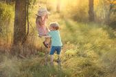 Kinderen op een schommel — Stockfoto