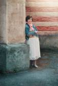 Woman near the wall — Stock Photo