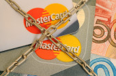 Blocking bank cards MasterCard. Credit card tied with chain — Stock Photo