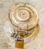 Válvula velha conectar do tanque de gasolina bloqueado pelo cadeado — Fotografia Stock