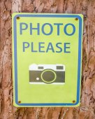 Sign of please take photo on tree background — Stock Photo
