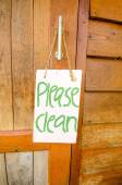 """"""" Please Clean """" sign hanger on wooden door — Stock Photo"""