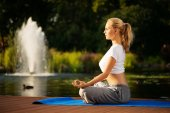 Young woman maditating in lotus pose — Stock Photo