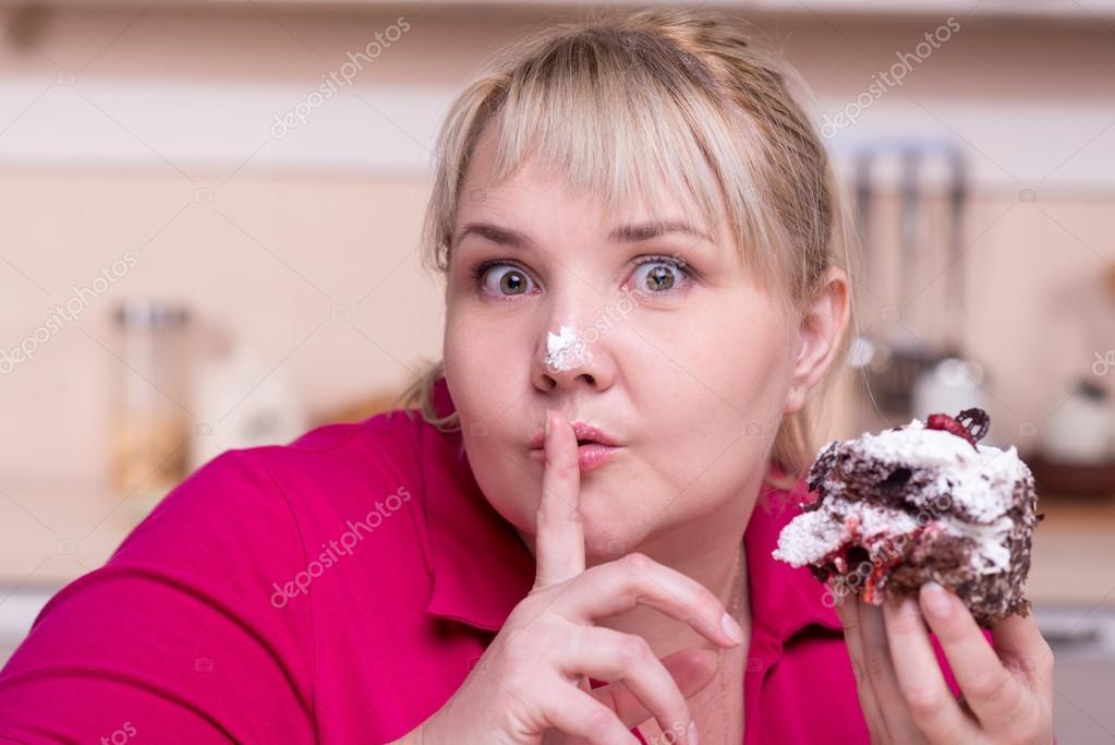 девушка с большим пирогом