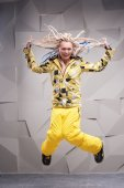 Young woman with dreadlocks jumping — 图库照片