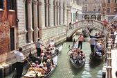Kanäle von Venedig mit Gondeln — Stockfoto