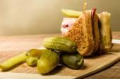 Sanduíche de Reuben com pickles dill — Fotografia Stock