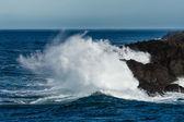 Wave crashing ashore on rocky beach — Stock Photo