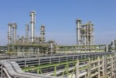 Oil and chemical factory on summer day — Stock Photo