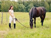 Kobieta i koń — Zdjęcie stockowe