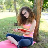 Girl reading the park — Stock Photo