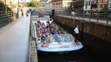 Tourists on the boat exceeds the slope of the dam Strasbourg — Stock Video