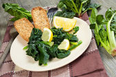Spinach with lemon — Stock Photo