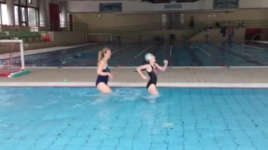 Mom and daughter are training in pool of shallow water — Stock Video
