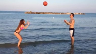 Boys play volleyball on the beach — Stock Video