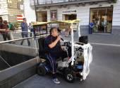 Street artist crooner sings Neapolitan songs — Stock Photo