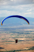 Paragliders in the sky. Paragliding in Macedonia — Foto de Stock