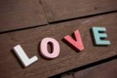 爱字的木地板上 — 图库照片