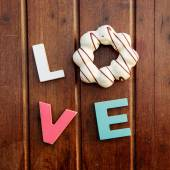 Word love on the wooden table — Stockfoto