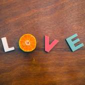 Word love on a wooden board — Stockfoto