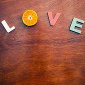 Bir ahşap tahta üzerinde kelime aşk — Stok fotoğraf