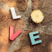 Słowo miłość na kamienne podłogi — Zdjęcie stockowe
