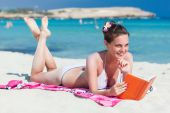 Mulher está lendo um livro na praia — Foto Stock