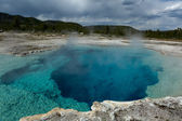 Steamy blue post-volcanic pool in Yellowstone — Stock Photo