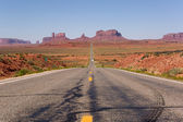 Monument valley doğru giden karayolu — Stok fotoğraf