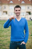 Hopeful men with the key for his home  — Stock Photo