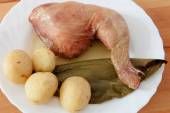 Roasted chicken with potatoes and green pepper.  — Stock Photo