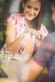 Pierścionek zaręczynowy w kawiarni — Zdjęcie stockowe
