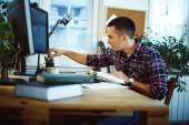 Homem trabalhando em casa — Fotografia Stock