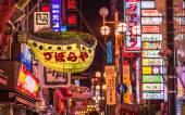 Restaurants and vibrant nightlife — Stock Photo