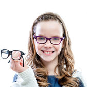 Girl holding glasses in hand. — Stock Photo