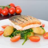 Crispy salmon with spinach, potatoes and tomatoes — Stock Photo