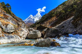 Snow covered mountains and glacier valley in Himalaya — ストック写真