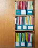 Barevné složky souborů v office skříně — Stock fotografie