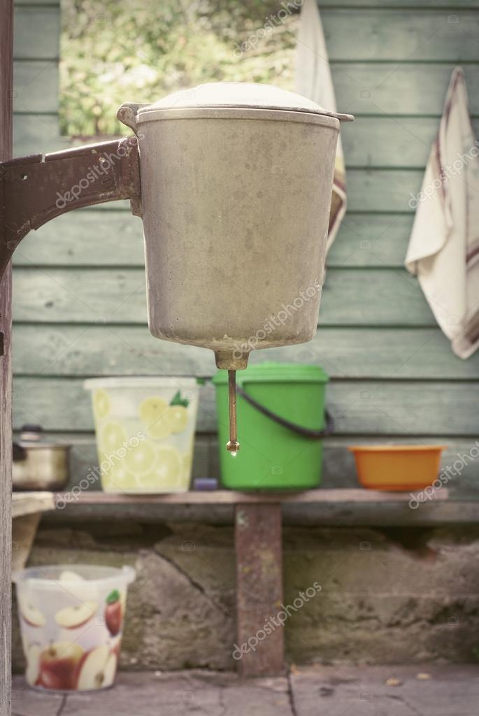Lavabo rustico allegare a un legno walll — foto stock © mankukuku ...