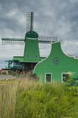 Traditional Dutch windmill in Zaanse Schans (Netherlands). — Foto Stock